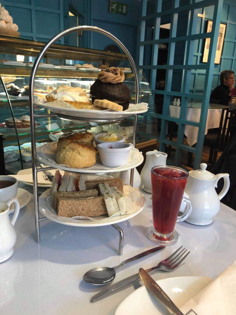 На следобеден чай в Глазгоу, Шотландия.   Peysoul