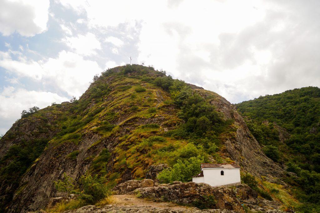 Глдка към параклиса и към кръста на хълма - екопътека и водопад Устина