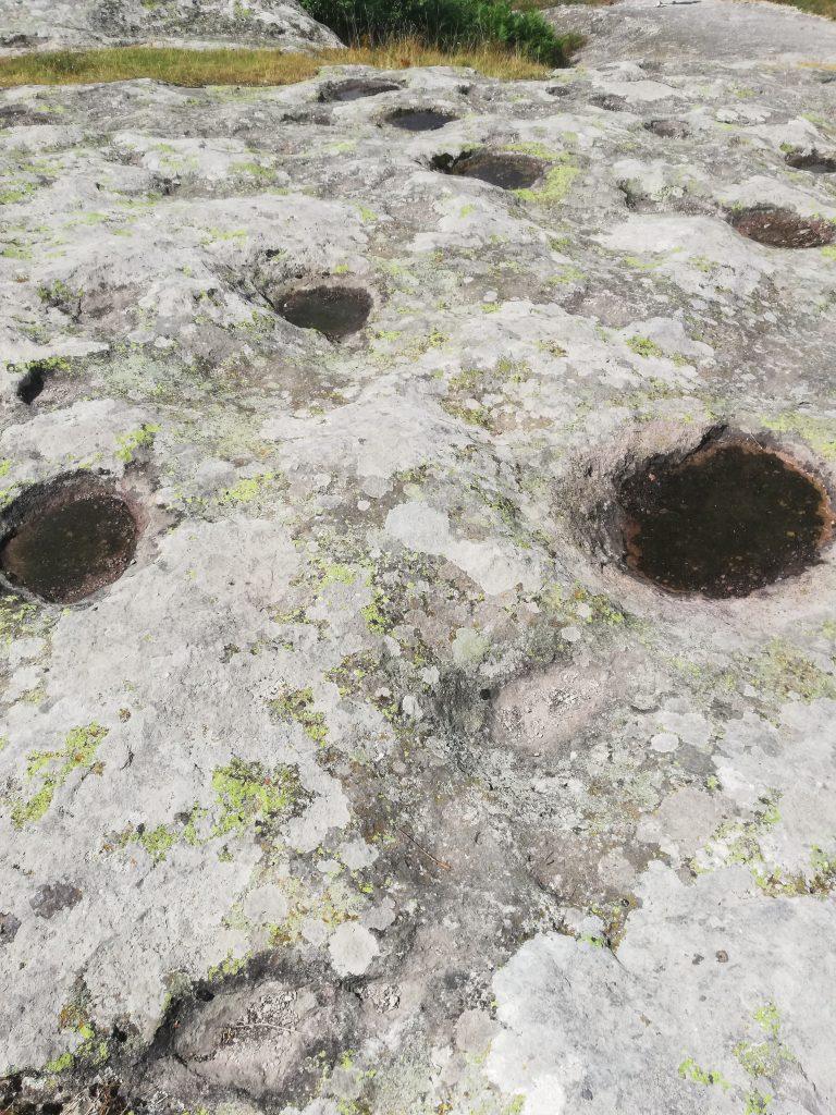 Дупките на скалното плато