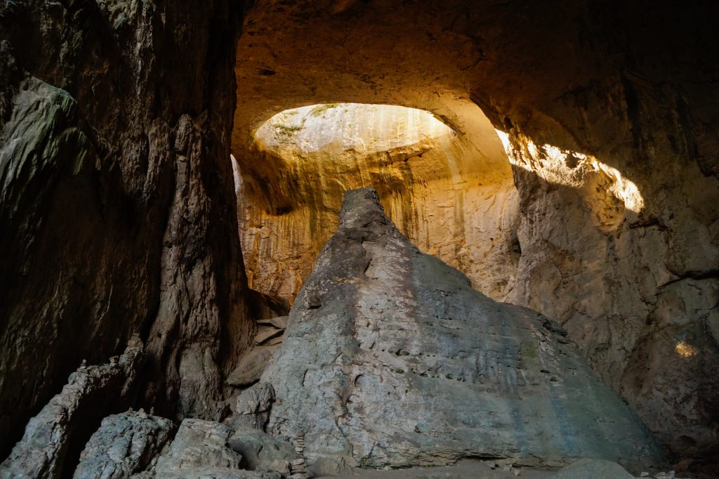 Пещера Проходна около Луковит