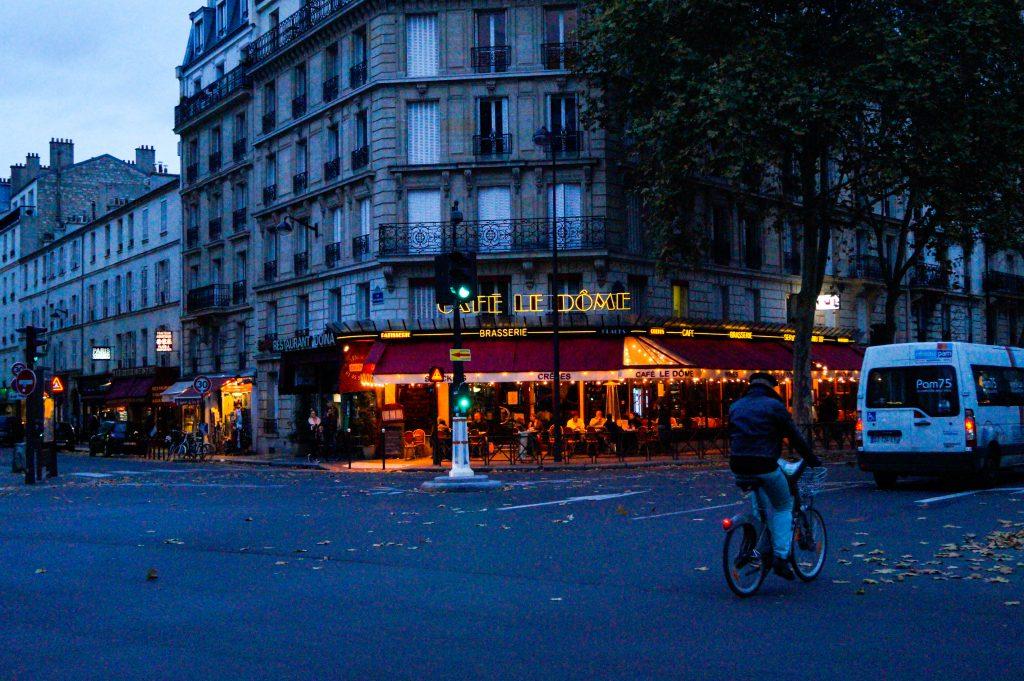 Париж вечерта