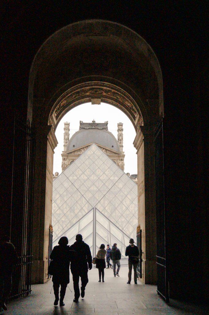 Лувърът в Париж... Да ти липсва Париж